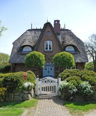Willkommen bei den Hobbits? Nicht ganz, dieses alte Haus steht auf Sylt - mit einer tollen Fassade und einem herrlichen Eingangsbereich!