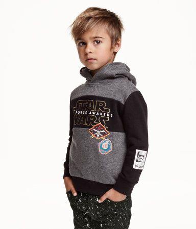 En huvtröja i sweatshirtkvalitet med tryckt mönster. Huvan är trikåfodrad och tröjan har dolda fickor i sidan. Mudd vid ärmslut och nedtill. Mjuk, borstad insida.