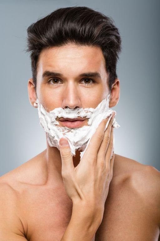 Ob im Gesicht oder an anderen Körperstellen: Nach dem Rasieren entstehen leider oftmals unschöne Pickel und Hautrötungen. Stilpalast präsentiert die besten Tipps, mit denen der sogenannte Rasurbrand verhindert werden kann.