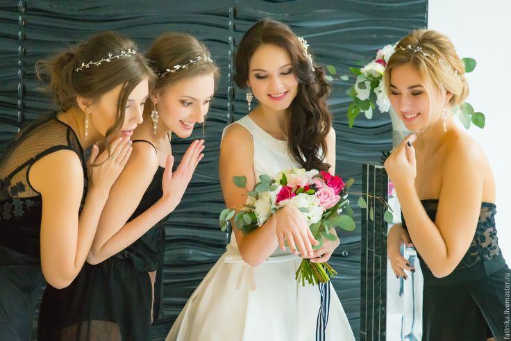 Купить или заказать Венок из речного жемчуга / украшение для подружек невест в интернет-магазине на Ярмарке Мастеров. Венок на голову, венок свадебный, венок невесты, свадебные украшения, украшение невесты, украшения из проволоки, аксессуары для невесты Плетенный венок изготовлен из речного жемчуга и перламутра. Красивый вариант как для украшения прически невесты, так и ее подруг. Возможные варианты крепления венка в прическе: - сверху как ободок на распущенные или собранные волосы - сбо...