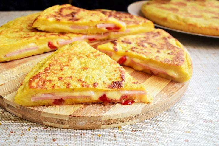 Această plăcintă la tigaie cu aluat de cartofi, șuncă și cașcaval, a devenit favorita familiei de la prima degustare. Se face ușor, cu puține ingrediente.