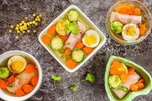 Vypadá to efektně a chutná skvěle. Šunkové rolky v aspiku můžete připravit s různými náplněmi a zeleninou podle chuti.