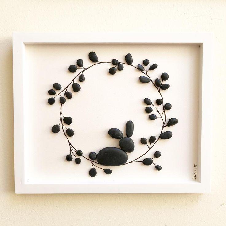 """El círculo no tiene fin, un círculo de flores es belleza sin fin, el conejo representa la alegría de un momento hermoso para la humanidad. """"Festejando con Alegría """" 27 x 22 cm #cuadros#piedras#arte#naturaleza#artechileno#piezasunicas#hechoamano#bosquevaldiviano#arteenpiedra#identidadlocal#identidadvaldiviana#stones#steine#artwork#kunstwerke"""