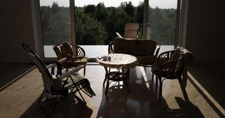 """Tipos de quartos de hotel. Um quarto de hotel significa conforto, privacidade, segurança e conveniência aos seus hóspedes. Os hotéis oferecem diferentes tipos de quartos que variam em tamanho, luxo e conforto. O visual de um quarto de hotel é afetado pela localização do hotel em si, seu público-alvo e o nível de serviço fornecido. De acordo com Ahmad Ismail no livro """"Front ..."""