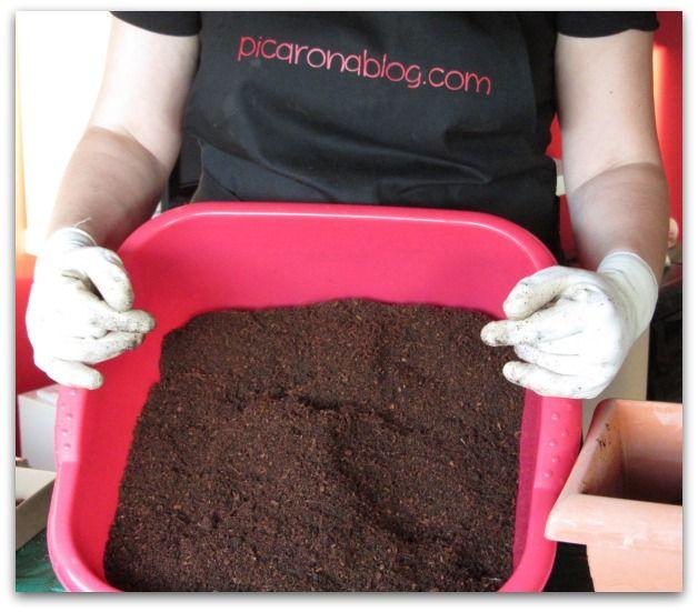 Preparando el sustrato para un huerto urbano: Mezcla de fibra de coco con humus de lombriz