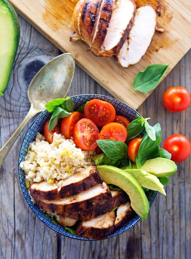 Key West Chicken Bowls with Lemon Quinoa    I always have quinoa cooked and stored in the fridge for use throughout the week; same goes with chicken and veggies. Which makes this meal super easy to throw together. And I love a good bowl meal packed with nutrition and flavor. @miketriathlon