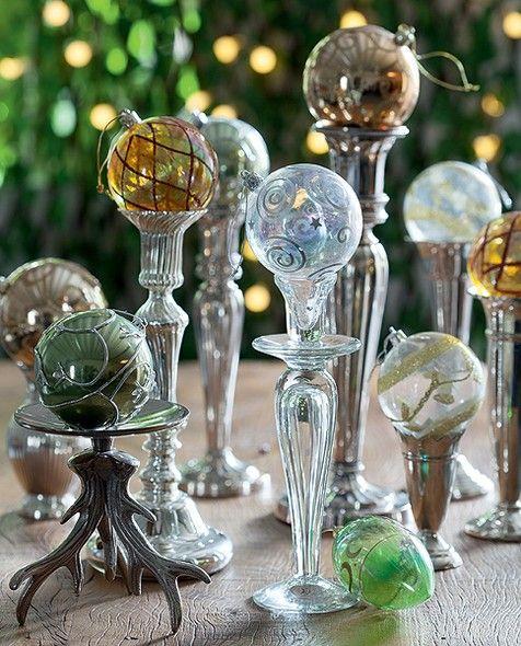 Composição de castiçais e bolas de Natal simples de executar e muito chique