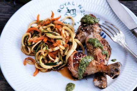 Sesammarinerede kyllingelår med grøntsagsspaghetti