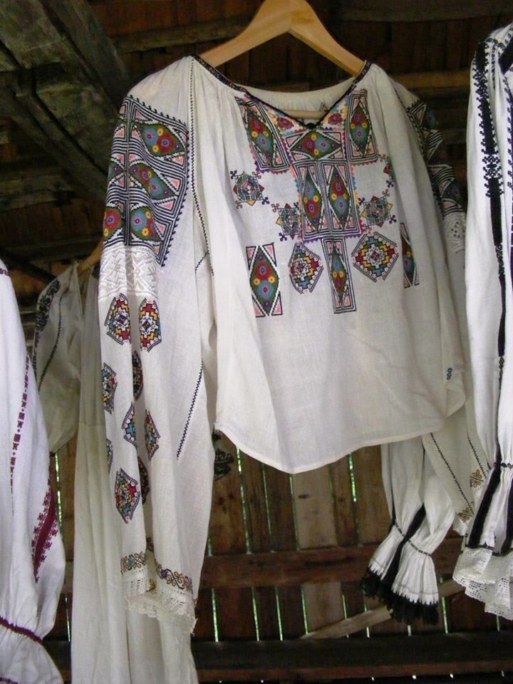 Traditional Romanian blouse (IIE) by Iia Calatoare
