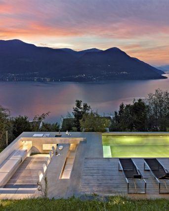 Terasa slouží jako venkovní jídelna i jako relaxační prostor s osvětleným bazénem a venkovními lehátky