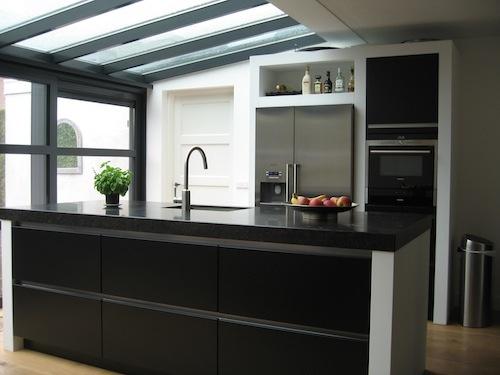 Zie ramen boven het werkblad! RhijnArt Keukens