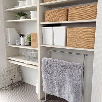 バスルームは、タオルや洗剤、スタイリング剤など、生活感のあるものが溢れています。ラタンボックスの中に全て収納してしまえば、こんなにスッキリとした空間に生まれ変わります。