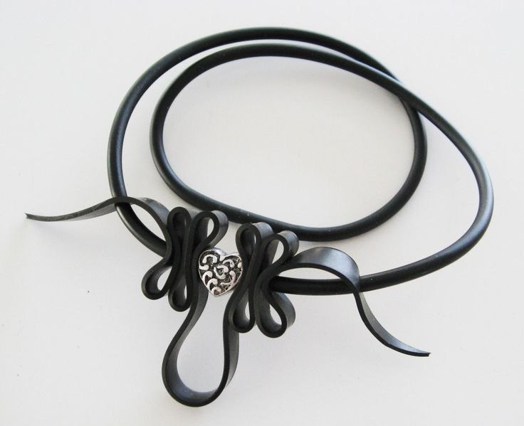 Gummihalsband med fint hjärta i metall. Rubber necklace with metal heart.