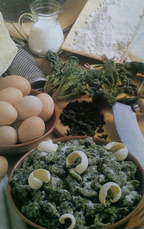 Grazie all'amico Tiziano, quest'oggi presentiamo questa ricetta tipica della cucina trentina. Gnocchetti moslini (Strangolapreti) - I Gusti del Garda - La ricetta qui: https://www.facebook.com/notes/lago-di-garda/gnocchetti-moslini-strangolapreti-i-gusti-del-garda/429068960513377