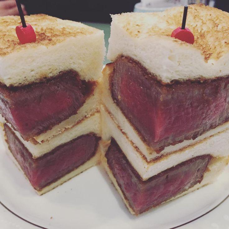 ホテルニューオオタニ大阪の「プレミアムビフカツサンド」がおいしいと話題になっています。肉の旨みを最大限に味わえるよう、ヒレカツ、パン、ソースの素材、調理法のすべてにこだわった贅沢な肉厚のサンドイッチで、肉好きにはたまらない一品だそうです!