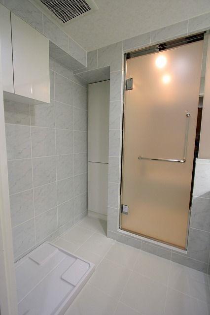 マンションバスルームのリフォーム|オーダーメイドバスはフリーバス企画│ フロストガラスで仕上げたドア。