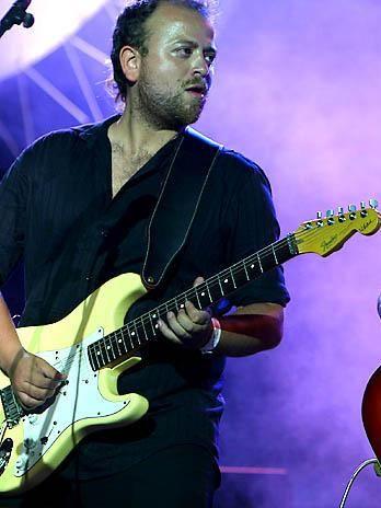 Felipe LLanos. Guitarrista y productor. http://www.emoderna.cl/component/content/article/34-ex-alumnos-destacados/206-felipe-llanos