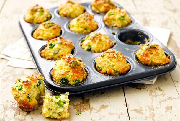 Kasvismuffinit ✦ Kuohkea leivonnainen maistuu keiton lisäkkeenä tai sellaisenaan iltapalana tai kahvipöydän suolaisena tarjottavana. Halutessaan muffinin voi halkaista ja syödä täytetyn leivän tapaan. http://www.valio.fi/reseptit/kasvismuffinit-1/