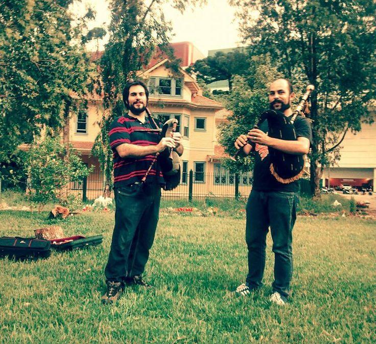 Eles tocam gaitas galegas (em dó), originárias da região galaica, que abarca a Galícia e o norte de Portugal. Parque Gomm