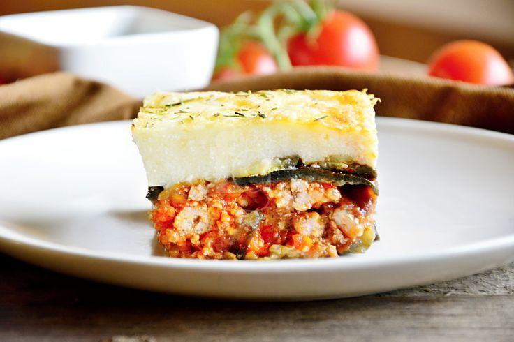 """Musaka je typické grécke jedlo, no každá grécka rodina má svoj vlastný recept. Tvoria ju vrstvy baklažánu, hovädzieho mäsa v bohatej paradajkovej omáčke, ktoré su zaliate krémovou syrovou omáčkou. Skúšali ste už? Nie? Tak vám odporúčame ochutnať našu odľahčenú verziu, na ktorej si taktiež veľmi pochutíte! :)   Ako Gréci hovoria: """"Musaka je najlepšia na druhý deň!"""" ;)"""