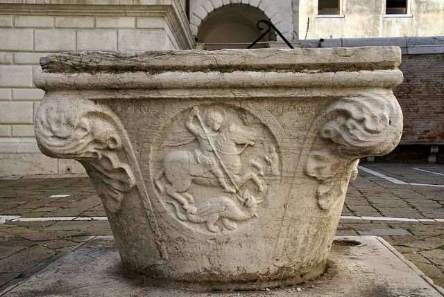 Venedig, Chiesa di San Giorgio dei Greci, Brunnen mit hl. Georg und dem Drachen (St. George's Church of the Greeks, fountain with St. George and the dragon) by HEN-Magonza, via Flickr