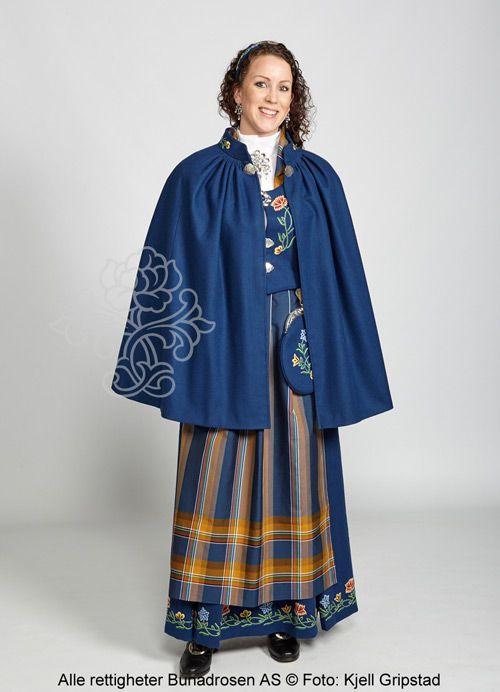Blå cape i klede med broderi på kragen.