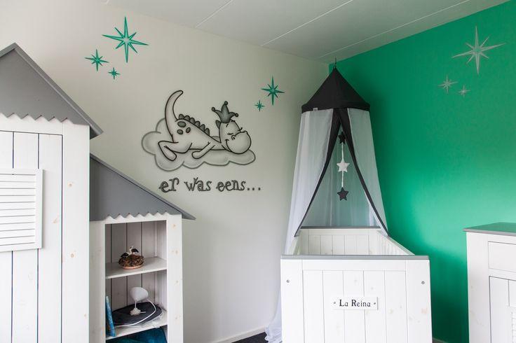 Dit Draakje Dirk met zilveren accenten slaapt lekker in de nieuwe babykamer, omringd door leuk gekleurde sterren…
