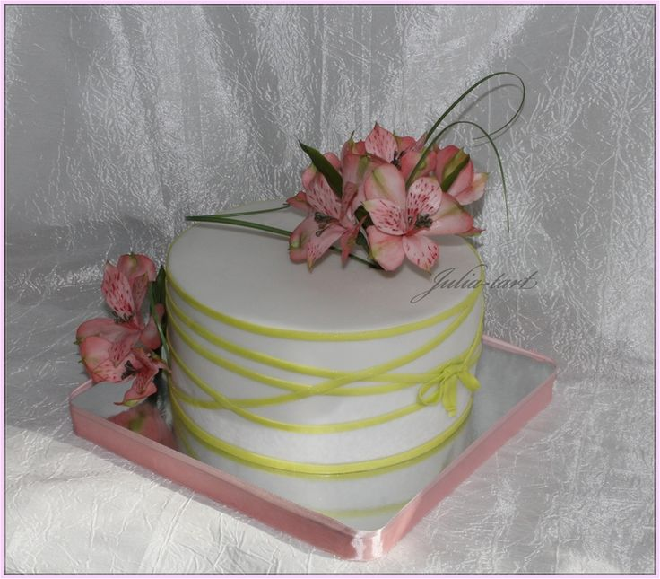 маленький торт, оформленный альстромерией