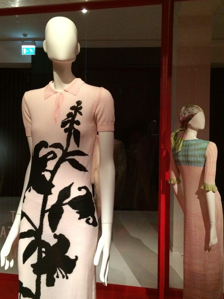 ModeMuseum Antwerpen - MOMU NU. Hedendaagse Mode uit de MoMu collectie 25.09.2014 > 04.01.2015 Dirk van Saene