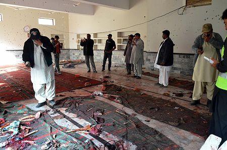 30日、パキスタン南部シンド州で、爆発が起きたイスラム教シーア派のモスク(イスラム礼拝所)に駆け付けた治安当局者ら(AFP=時事) ▼31Jan2015時事通信|モスクで爆発、61人死亡=スンニ派武装勢力が犯行認める-パキスタン http://www.jiji.com/jc/zc?k=201501/2015013000984