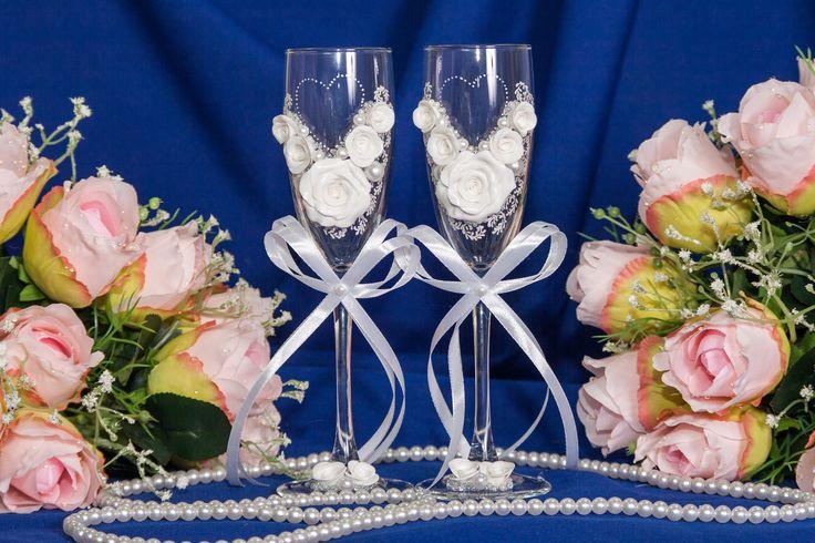 Свадебные бокалы с классическим белым декором