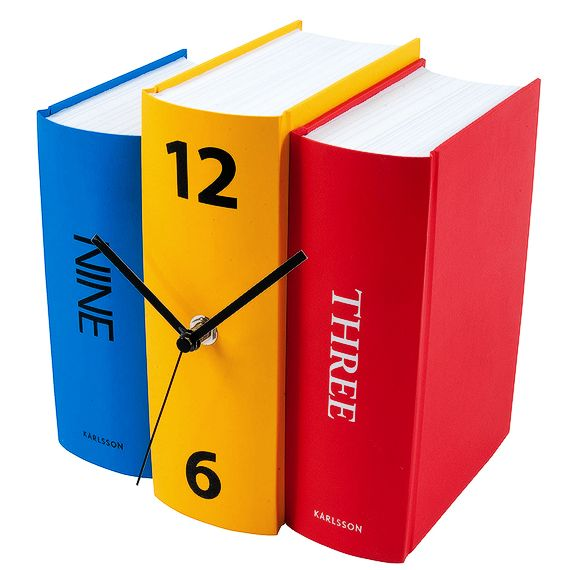 Relógio de estante, mocozado entre os livros.