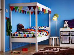 MOBILIER / Alternative au tipi décoratif / Créer une zone plus intime en choisissant un lit blanc avec ciel de lit. Astuce : choisissez des housses de couettes à motifs colorés pour égayer l'ambiance générale.