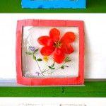 Flower Panels Kartonu çerçeve olacak şekilde kesiyoruz ve boyuyoruz. sonra arkasınaçift taraflı bant yapıştırıp üstüne streç filmi yapıştırıyoruz. daha sonra arasına istediğimiz çiçeği koyup tekrar streç filmle sarıyoruz. ve yapıştırıyoruz.