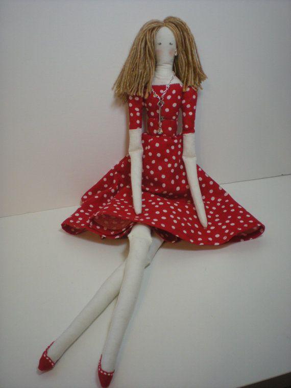 Esta muñeca lleva un vestido rojo con lunares blancos. La falda es coqueto y favorecedor. Juego rojo zapatos y joyería hermosa completan su atuendo. Su pelo largo Rubio queda suelto y completo como complemento maravilloso de la falda.  Esta hermosa muñeca hecha a mano es mi interpretación de un patrón de Tilda. Ella puede ser una adición maravillosa a diseño de interiores de su hogar. Decorar su sala de estar, dormitorio o habitación de los niños. Ella es un gran regalo para familiares y…
