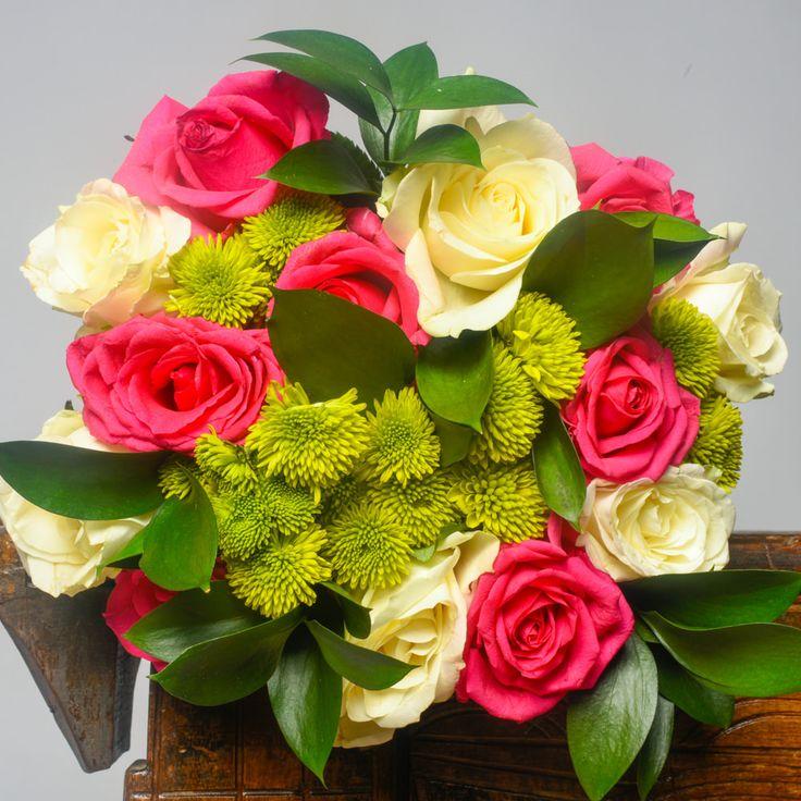 Buchet mixt de 7 trandafiri roz si 6 trandafiri albi