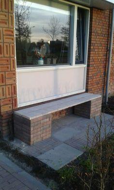 """Diy bench made of bricks and old wood/ doe het zelf bankje gemaakt van oude klinkers en steigerhout. De stenen zijn vastgelijmd en de """"poten"""" van de bank zijn gevuld met resjes klinkers en hout (een mooi insectenhotel)"""