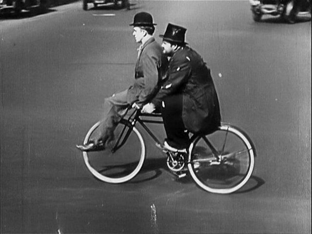 celebritati-bicicleta_laurel-hardy-on-bike