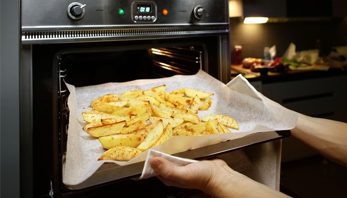 LINING. Line your oven tray with SAGA Cooking or Baking Paper to prevent chips, vegetables or frozen food from sticking.