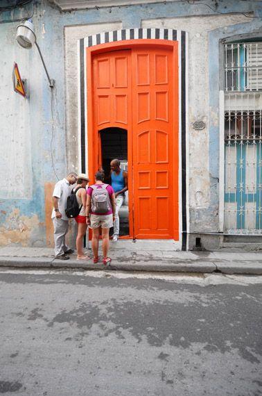DANIEL BUREN, Photos-souvenir : Promenade à La Havane  Work in situ, Biennale d'art contemporain, La Havane, May 2015. Détails © DB-ADAGP Paris.