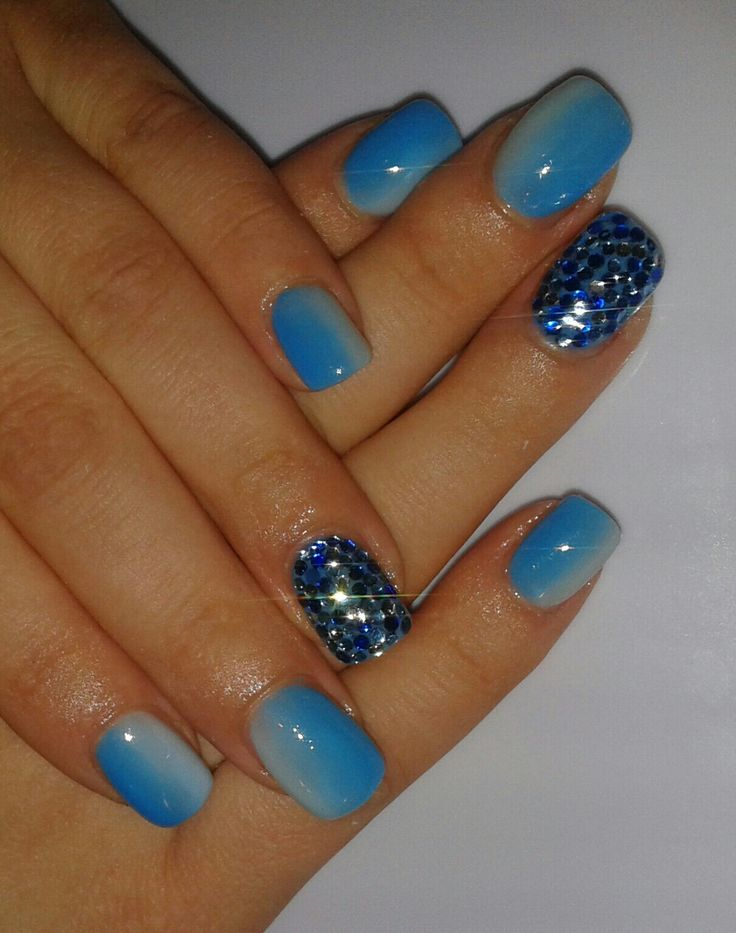 Sfumatura Unghie gel bianco e azzurro effetto sfumato con strass azzurro blu e argento punti luce