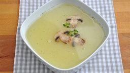Eine klare Suppe mit Pilzen.