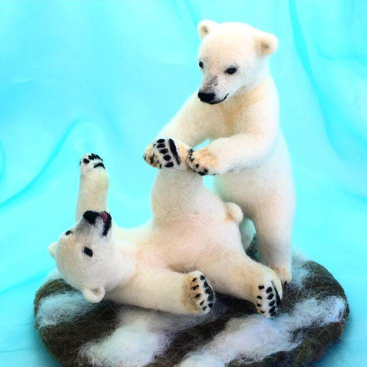 """Белый медведь близнецы закончили в арктических сумо!  завершен! Полярные медвежата. """"Ippooooooon🖐🏻"""" #handmade #needlefelting #polarbears #polarbear # БелыйМедведь #animals # Белый медведь # белый медведь # # шерсть чувствовал иглопробивной # ручная работа"""