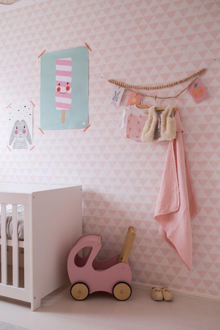 Babykamer meisje met roze behang