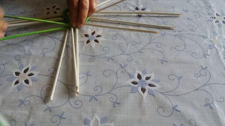 Плетение из газетных трубочек.  Ваза для цветов ч 1