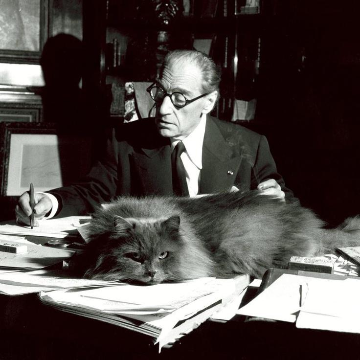 SACHA GUITRY A SON BUREAU, 1955.