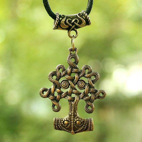 Il sagit dun véritable massif artisanal recto-verso antique finition bronze pendentif. Dans la mythologie scandinave Yggdrasil est la structure de