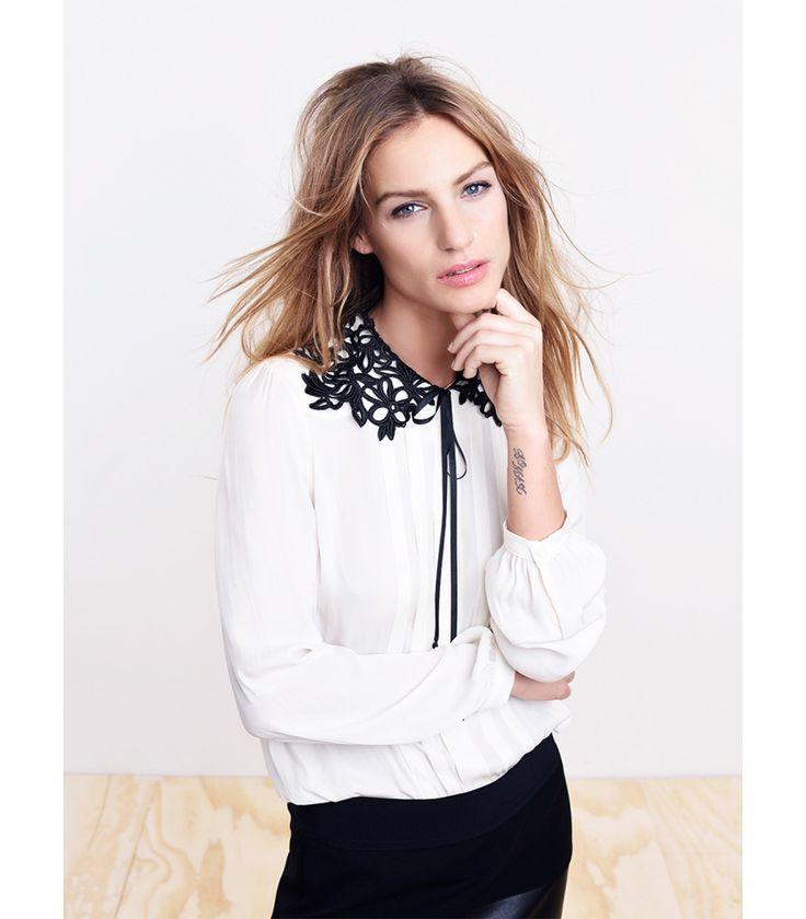 Vrouwelijke silky blouse met stijlvolle kanten kraag. De kraag is een echte blikvanger en geeft je look een romantische twist. De blouse is een perfect item om zowel je feestelijke als je werklook mee af te maken.