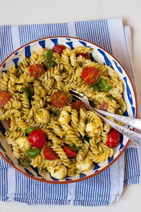 20-Minuten Nudelsalat mit Pesto, Tomate und Mozzarella