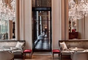 Il B Bar del Baccarat Hotel & Residences di New York si distingue per la pavimentazione con trama a scacchi optical in bianco e nero. Sontuosi lampadari d'epoca firmati Baccarat e dettagli in morbido tessuto color porpora